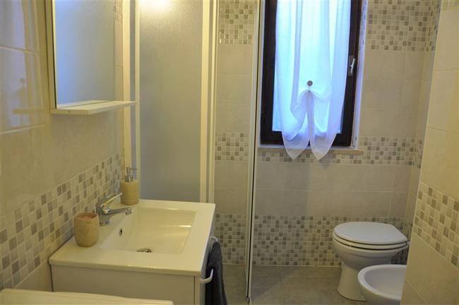 Badezimmer mit Dusche und Waschmaschine