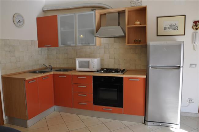 angolo cottura con frigo e forno