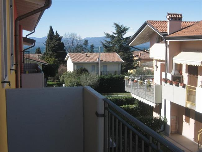 balcone con mobili da giardino
