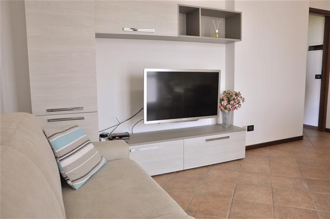 Soggiorno con divano e TV