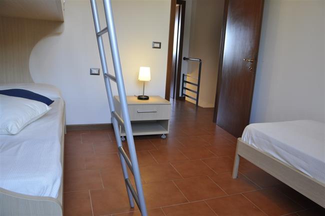 camera con letti a castello + un letto singolo