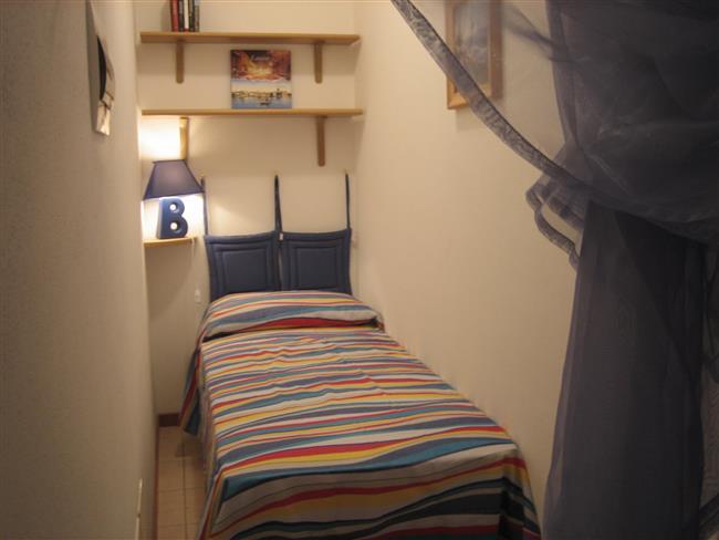 piccola alcova con letto singolo