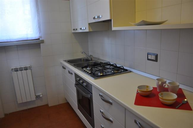 cucina con frigo e forno