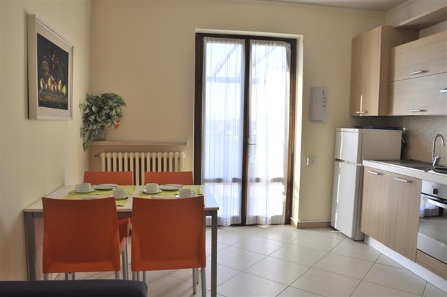 Soggiorno-cucina con accesso balcone