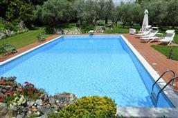piscina con sdraio