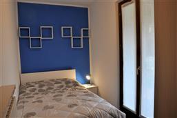 Camera con letto francese (140x190), con accesso balcone sud-ovest. Appartamento Berto Lazise
