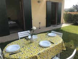 giardino con mobili da giardino