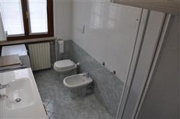 Bagno con doccia e lavatrice. Appartamento Berto Lazise