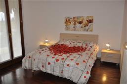 Camera matrimoniale con accesso su balcone sud-ovest. Appartamento Berto Lazise